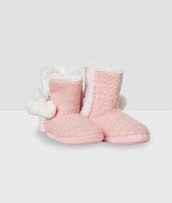Chaussons bottines fourrées à pompons rose.