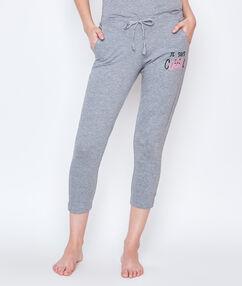 3/4 kalhoty s nápisem šedá.