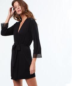 Jemné a splývavé negližé kimono noir.