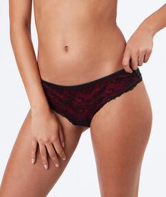 Shorty s kontrastní červenou krajkou noir.