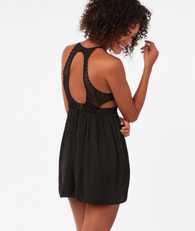 Noční košilka svýstřihem zdobeným grafickou krajkou černá.