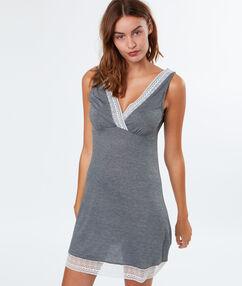 Noční košilka skontrastní krajkou gris.