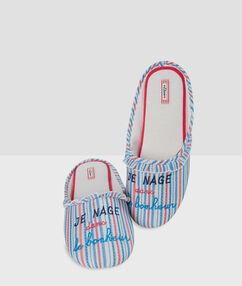 Pruhované papuče s nápisem bleu.