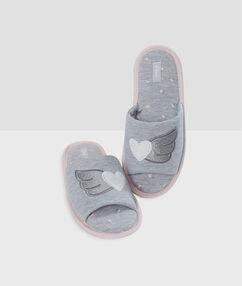 Otevřené kožešinové papuče s potiskem gris.