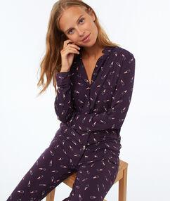 Chemise de pyjama à motifs violet.