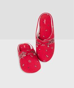 Papuče s potiskem bandana rouge.