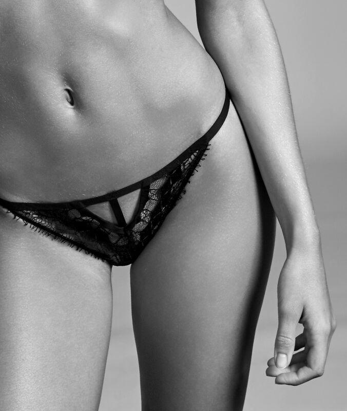Tanga sjemnou krajkou černá.