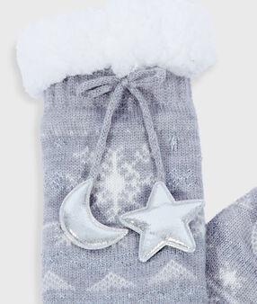 Domácí ponožky se šňůrkami a nápisem šedá.