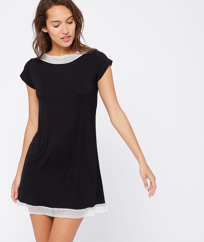 Noční košile skrajkovými okraji černá.