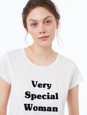 Tričko s nápisem bílá.