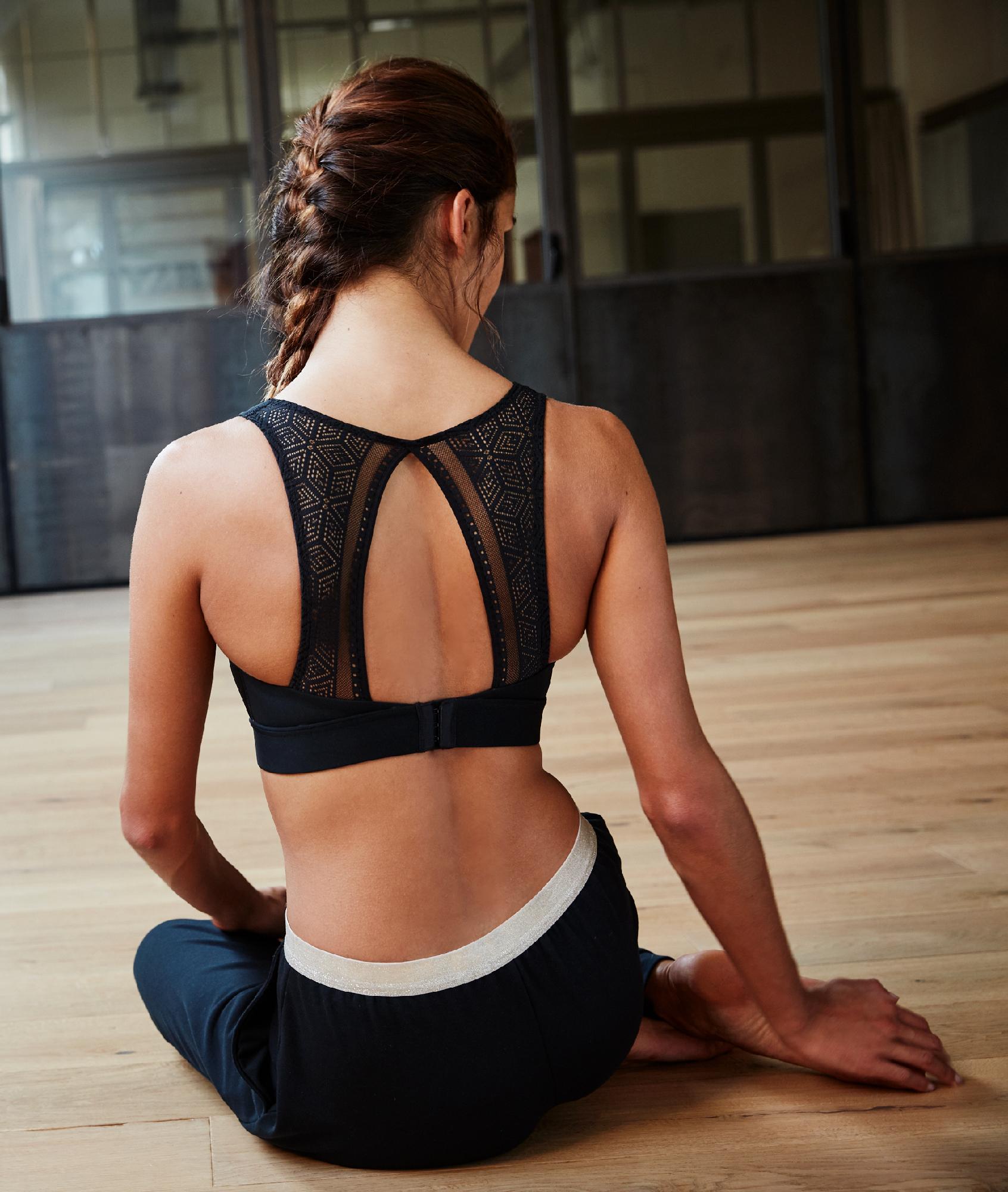 Sportovní podprsenka, krajková záda – střední zpevnění černá.